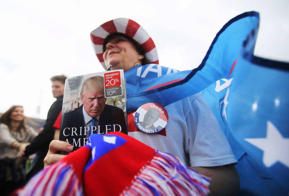 Foto: Una simpatizante de Trump espera su llegada en el Ladd-Peebles Stadium en Mobile, Alabama. (Reuters)