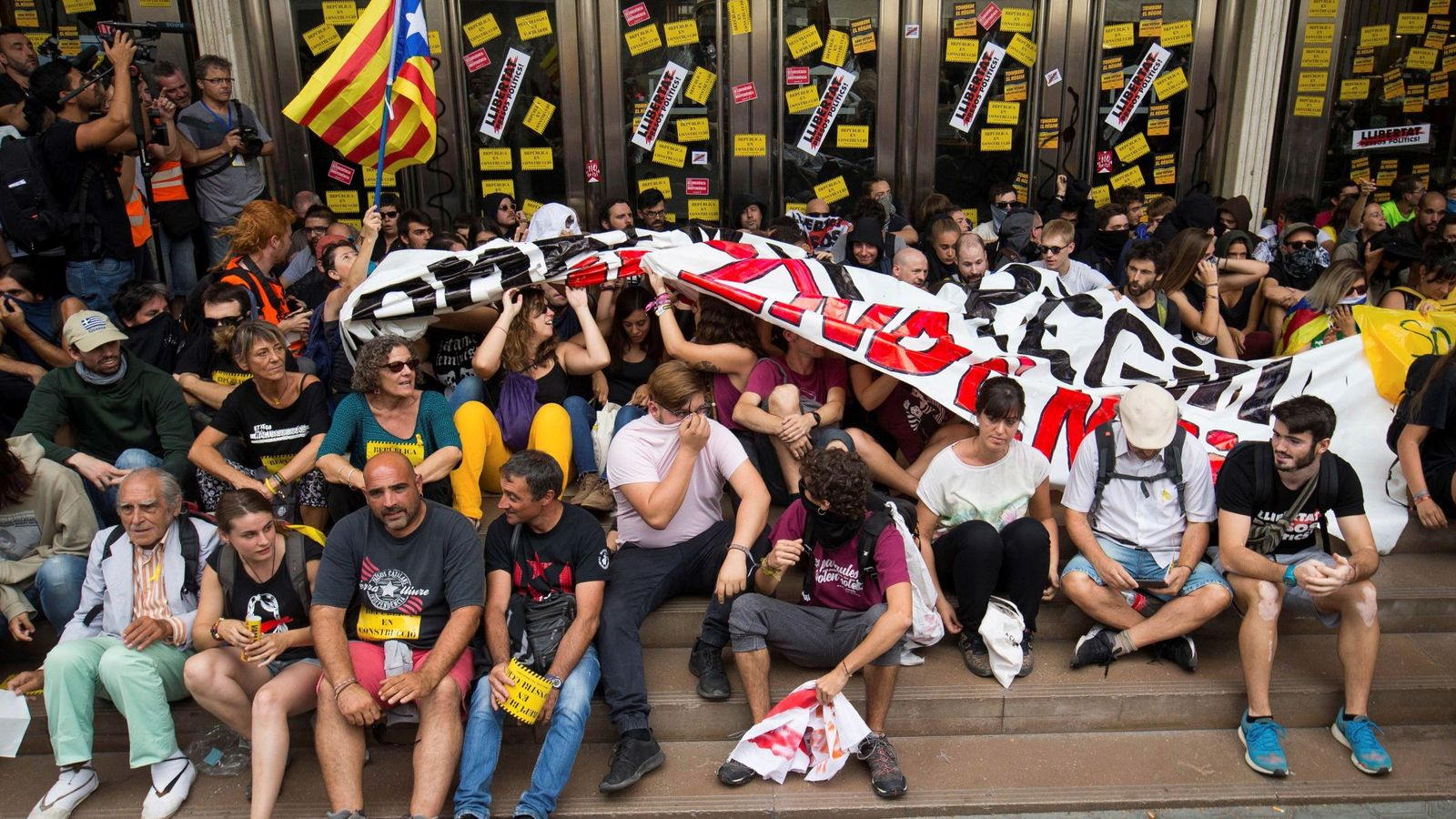 Foto: Centenares de activistas convocados por los CDR se manifiestan en el centro de Barcelona, este 1 de octubre. (EFE)