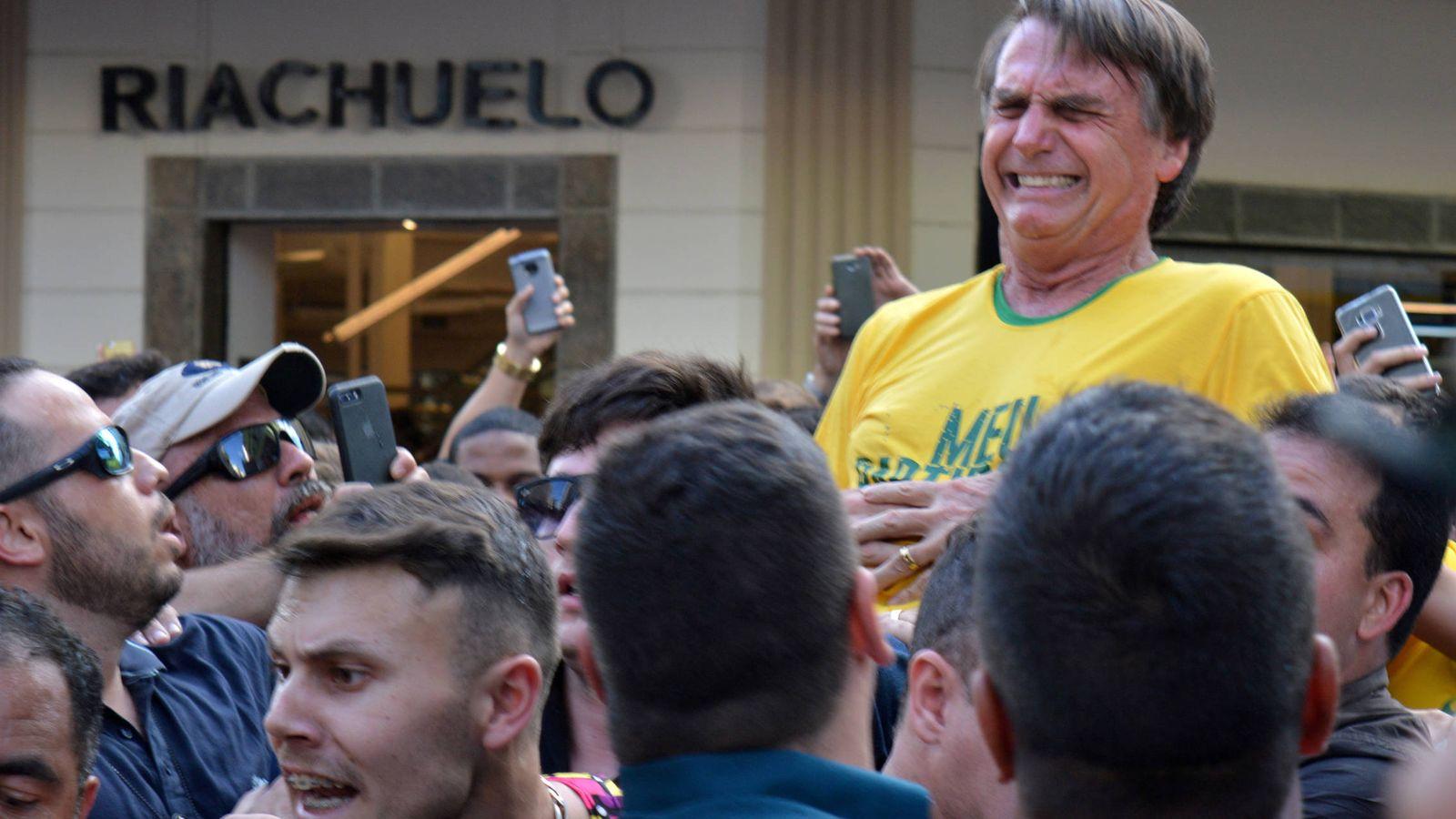 Foto: El candidato presidencial Jair Bolsonaro tras ser apuñalado durante un mitin en Juiz de Fora, Minas Gerais, Brasil, el 6 de septiembre de 2018. (Reuters)