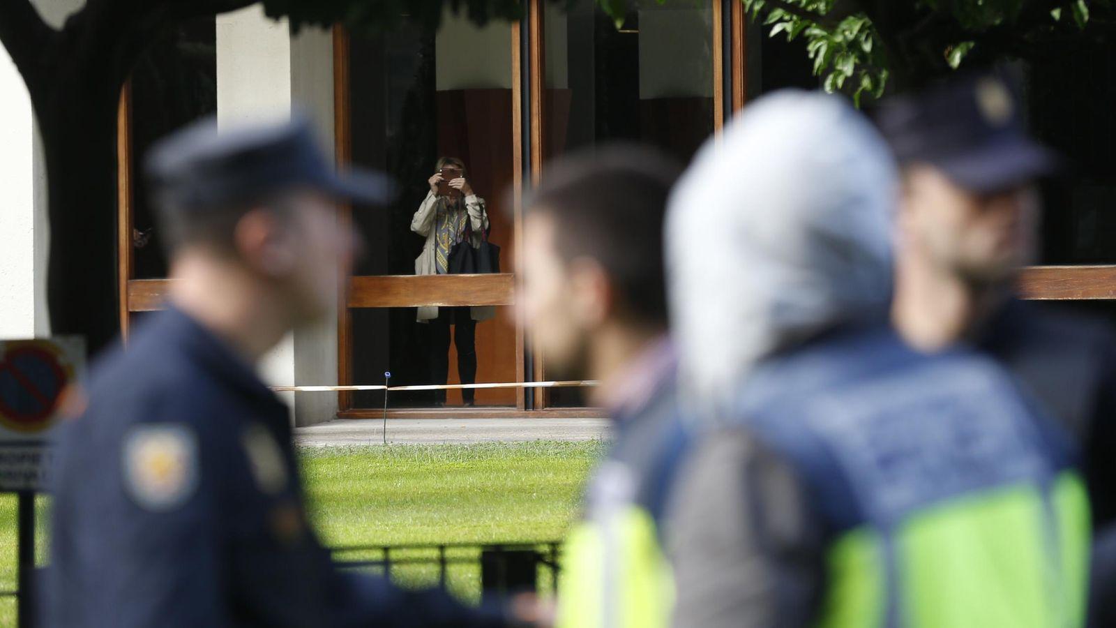 Foto: Agentes de la UDEF frente al domicilio de Jordi Pujol (EFE)