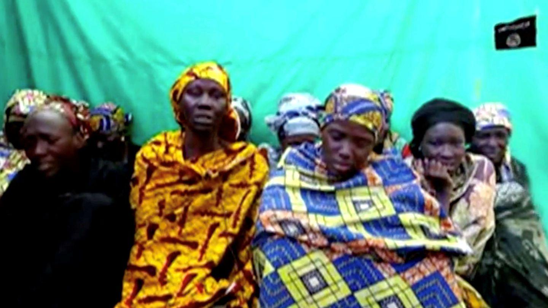 Captura de pantalla de un vídeo de Boko Haram de enero de 2018, en el que se ve a las chicas secuestradas en Chibok que permanecen en manos de la organización. (Reuters)