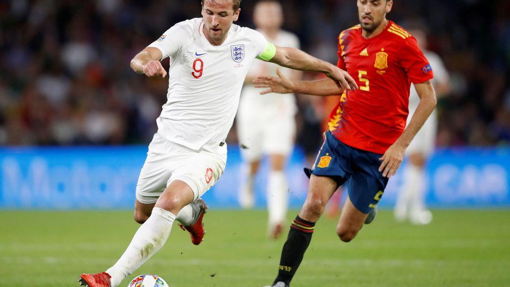Foto: Sergio Busquets corre tras Harry Kane durante el España-Inglaterra. (Reuters)