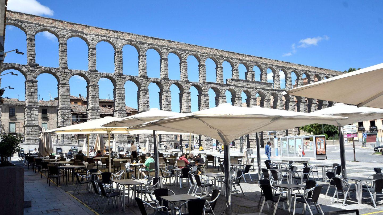 GRAF7653. SEGOVIA, 08 06 2020.- Vista de un restaurante de Segovia ha desplegado este lunes sus mesas para servir comidas, junto al acueducto, también en la superficie permitida en el interior, al pasar a la fase 2 de desescalada. EFE Pablo Martín