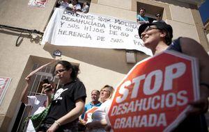 Abogados y trabajadores sociales instan al Gobierno a generalizar la intermediación contra los desahucios