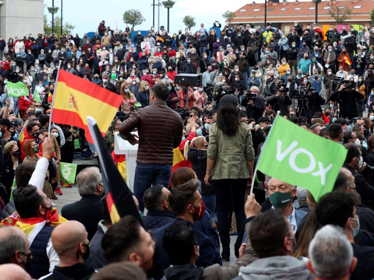 Foto: Rocío Monasterio y Santiago Abascal, durante un mitin en Fuenlabrada. (EFE)
