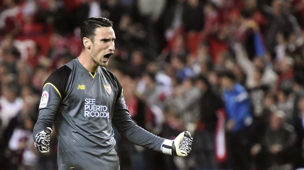 Foto: Sergio Rico, guardameta del Sevilla, en el partido de Liga contra el FC Barcelona. (EFE)