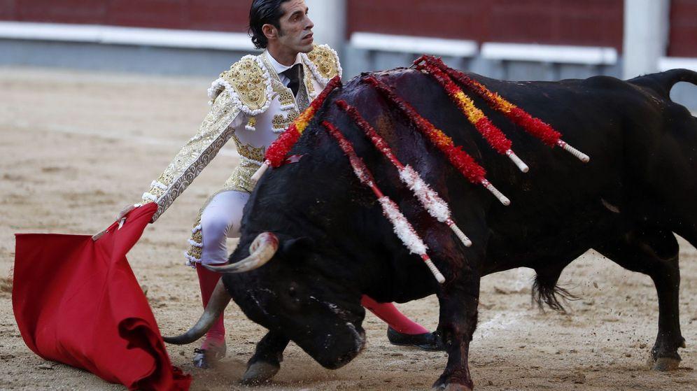 Foto: El diestro extremeño Alejandro Talavante, con su primer toro. (EFE)