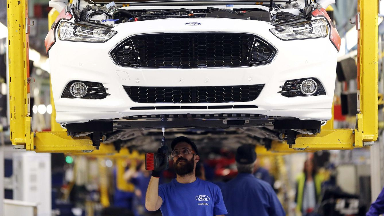 Foto: Operarios trabajan en la fábrica Ford de Almussafes. (EFE)