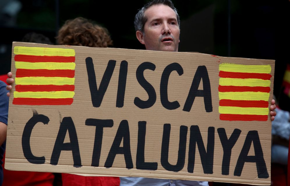 Foto: Un manifestante muestra un cartel que reza un mensaje en apoyo a Cataluña. (EFE)