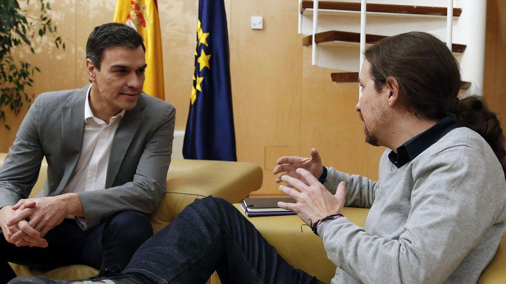 Foto: Pedro Sánchez y Pablo Iglesias durante el encuentro mantenido esta mañana en el Congreso. (EFE)