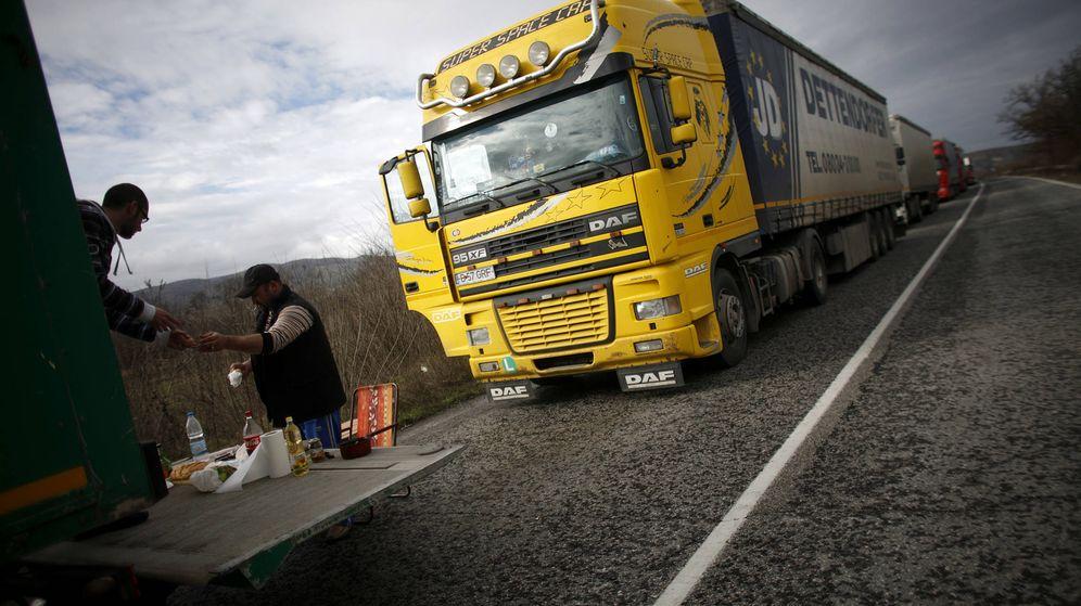 Foto: Camioneros de Europa del Este preparan su almuerzo en una cuneta. (Reuters)