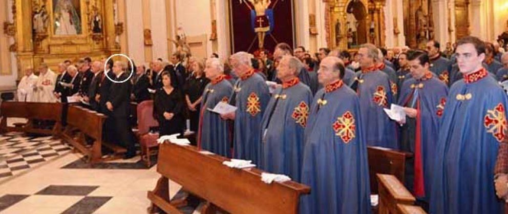 """Foto: El ministro del Interior asiste a una """"investidura"""" religiosa prohibida por el Vaticano"""