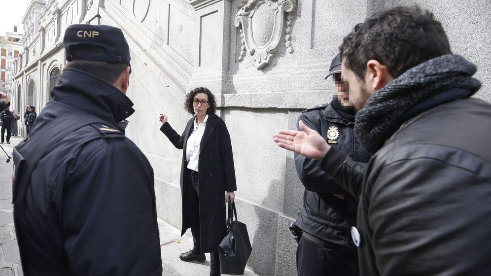 Foto: Marta Rovira (ERC), a su salida del Tribunal Supremo, tras declarar ante el juez. (EFE)