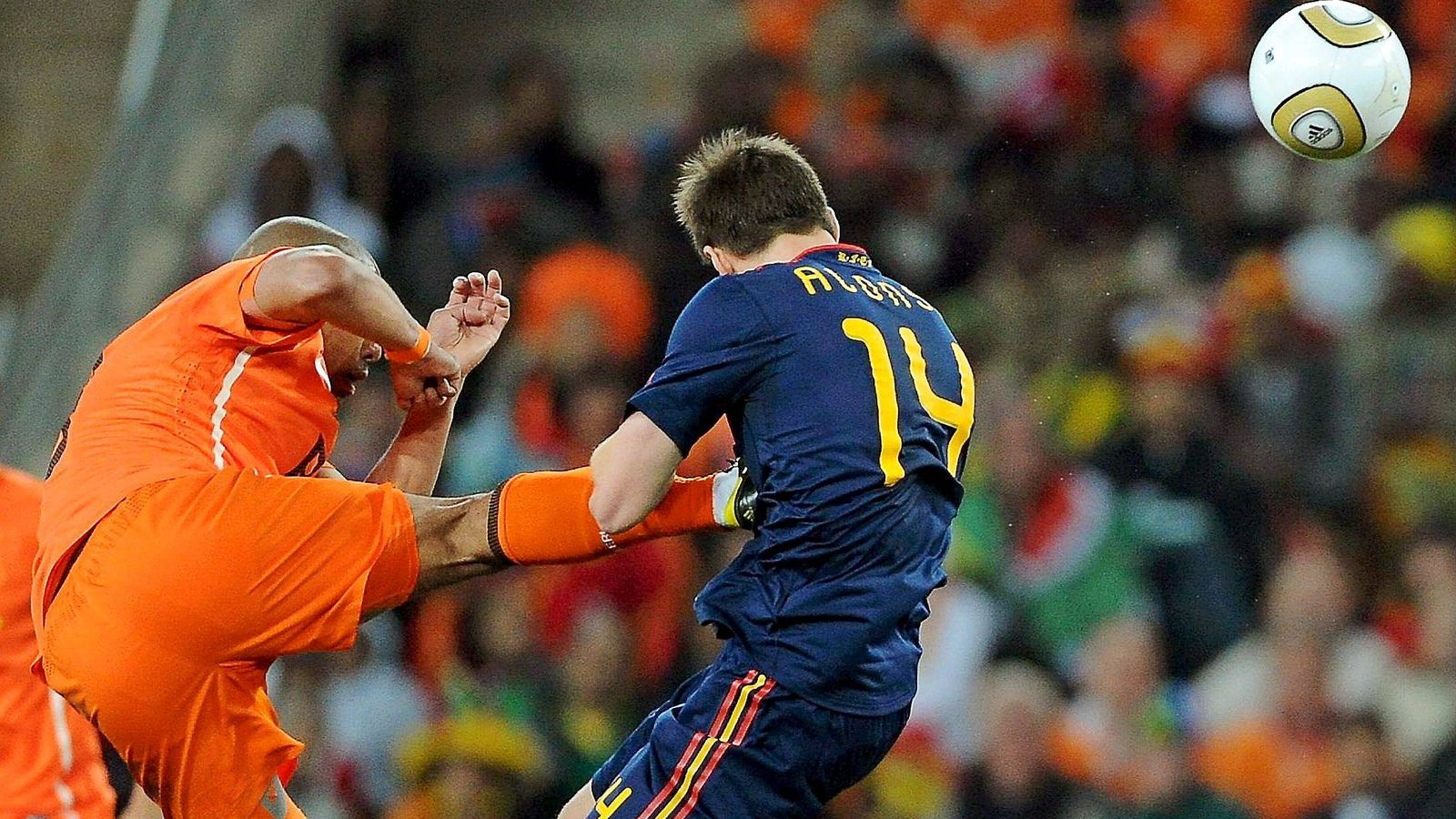 Foto: En la imagen, De Jong clava los tacos de su bota en el pecho de Xabi Alonso durante la final del Mundial de Fútbol de Sudáfrica 2010 (EFE)