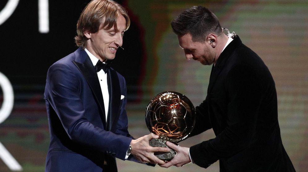 Foto: Luka Modric entrega el Balón de Oro a Leo Messi. (EFE)