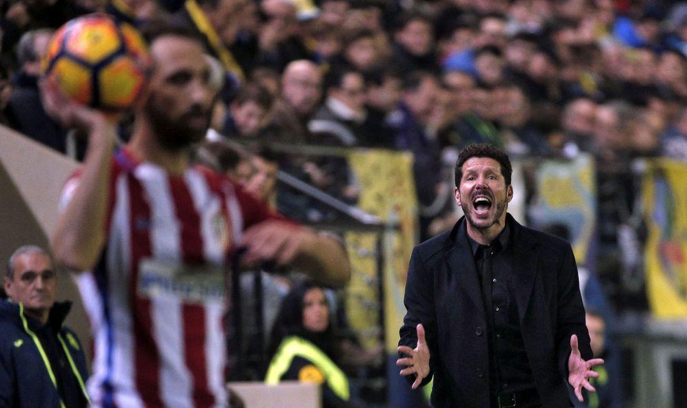 Foto: Simeone da instrucciones durante el partido que disputaron Villarreal y Atlético de Madrid en El Madrigal. (EFE)