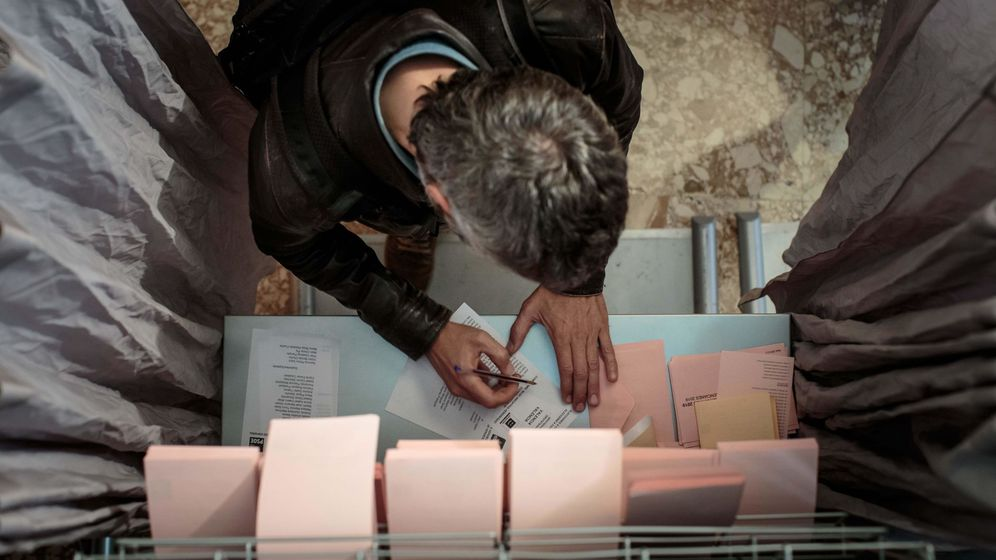 Foto: Un hombre ejerce su derecho al voto durante las pasadas elecciones (EFE)