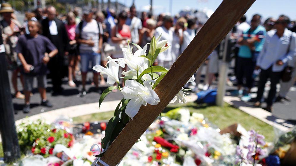 Foto: Flores y otras ofrendas depositadas en memoria de las víctimas de la matanza de Niza. (EFE)