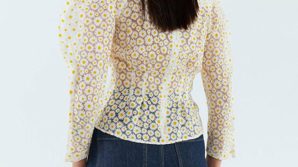 Foto: La blusa de organza estampada con margaritas de Sfera (Cortesía)