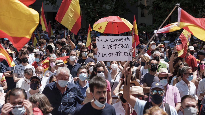 Una manifestante muestra una pancarta durante la protesta en la Plaza de Colón, Madrid. (Sergio Beleña)