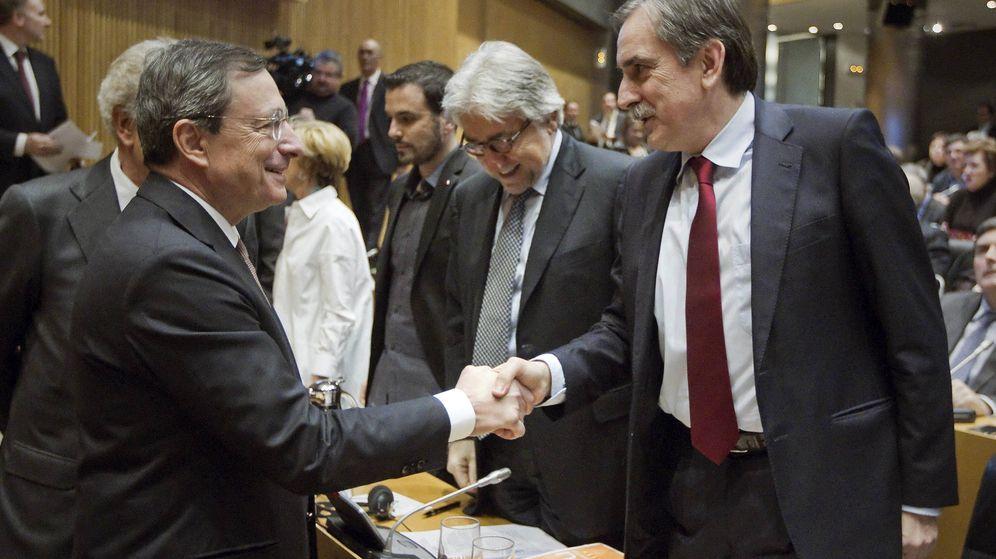 Foto: El presidente del BCE, Mario Draghi, saluda al portavoz de Economía del PSOE en el Congreso, Valeriano Gómez. (EFE)