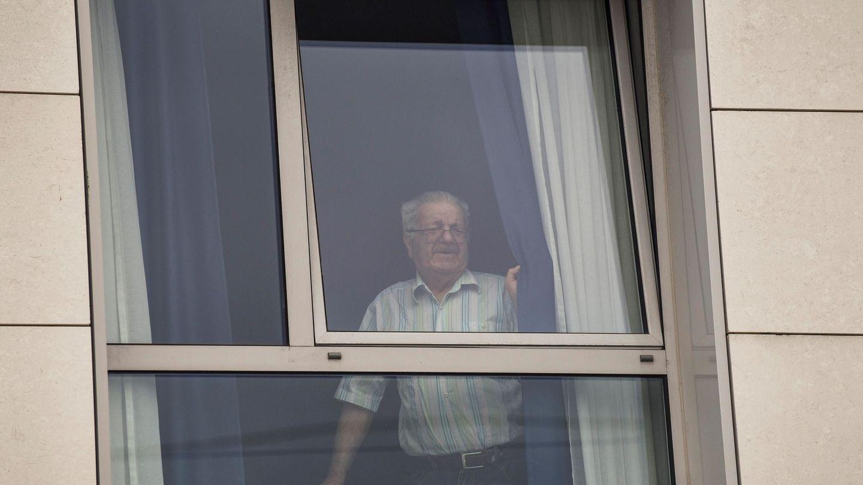 Un usuario se asoma a la ventana en una residencia de mayores. (EFE)