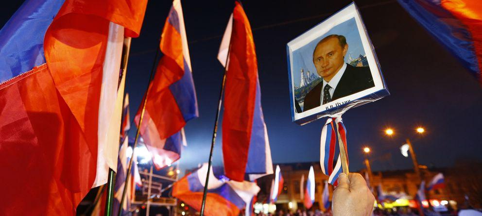 Foto: Ciudadanos de Crimea celebran el resultado del referéndum soberanista con un retrato de Putin en Simferópol (Reuters).