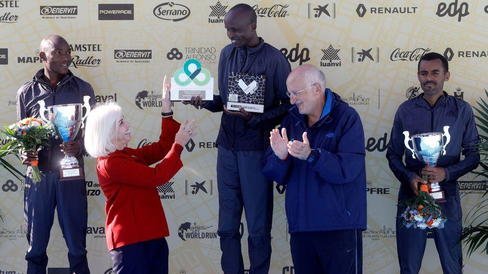 Foto: Hortensia Herrero y Juan Roig entregan su premio a Sammy Kirop Kitwara, ganador de la Maratón de Valencia, que patrocinan.