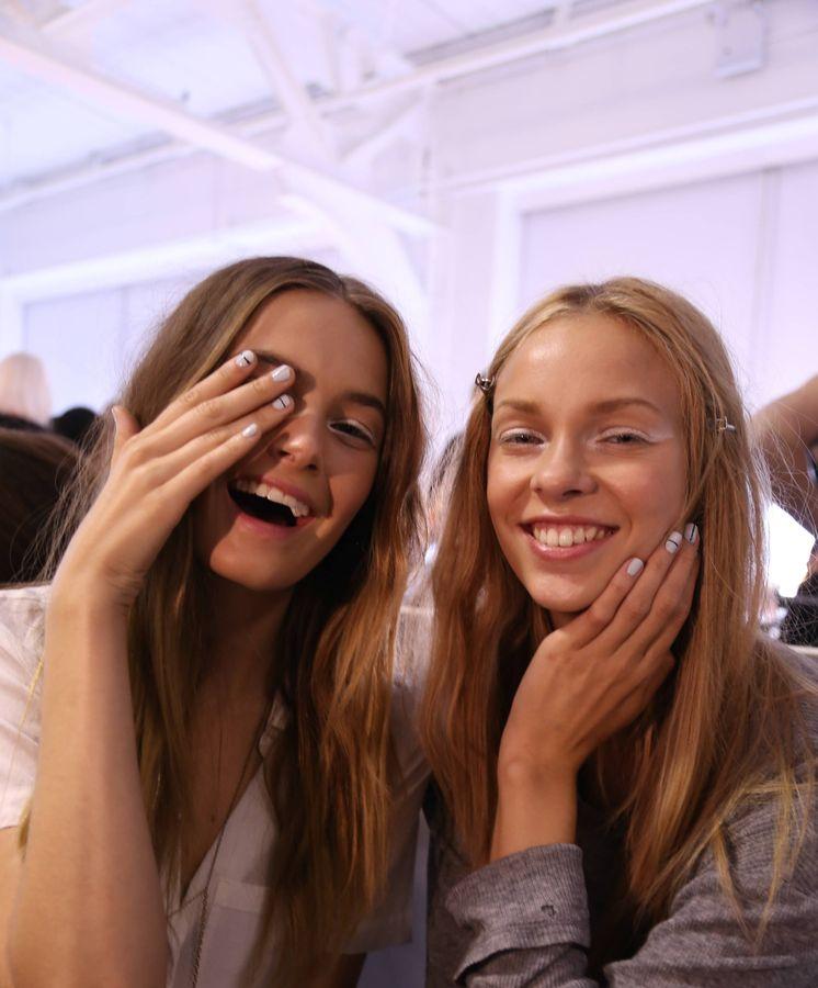 Foto: Modelos posando con esmaltes de JINsoon Nail. (Getty)