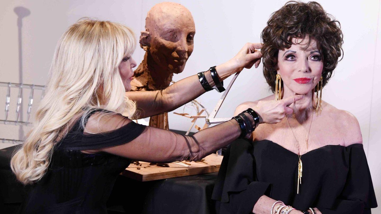 Frances Segelman esculpiendo a Joan Collins. (Cortesía)
