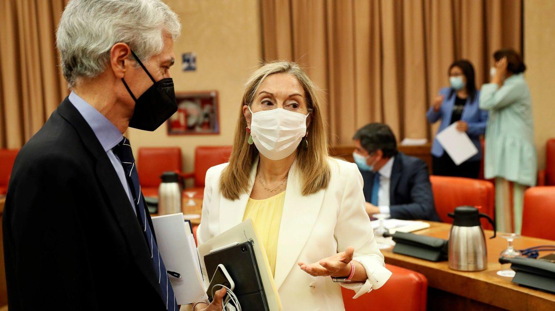 La vicesecretaria de Social del PP, Ana Pastor (d), conversa con el popular Adolfo Suárez Illana (i) en la Comisión Permanente del Congreso. (EFE)