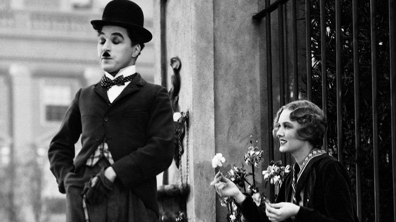 Charles Chaplin y Virginia Cherrill, en un fotograma de la película. (Warner)