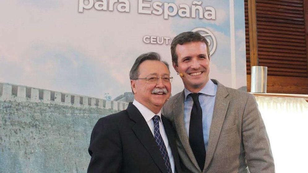 Foto: El presidente nacional del PP, Pablo Casado (d), durante el acto para proclamar en un acto a Juan Jesús Vivas (i). (EFE)