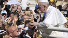 El vídeo viral en el que el Papa evita que varios fieles le besen el anillo