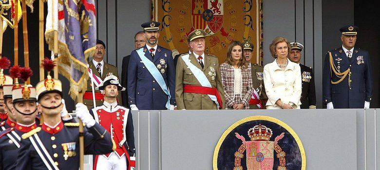 Foto: Fotografía facilitada por la Casa de S.M. el Rey de los reyes, acompañados por los Príncipes de Asturias, durante el desfile de las Fuerzas Armadas. (EFE)