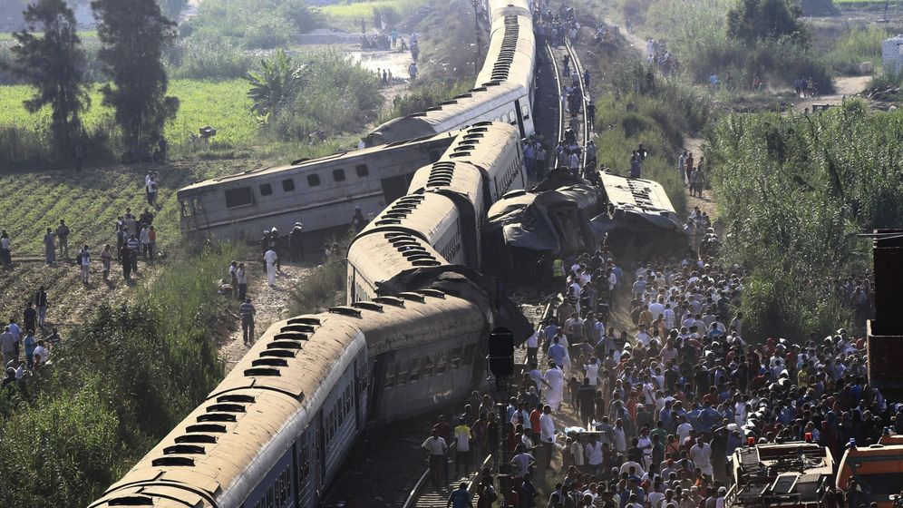 Foto: Vista de los restos de dos trenes tras chocar a las afueras de Alejandría. (EFE)