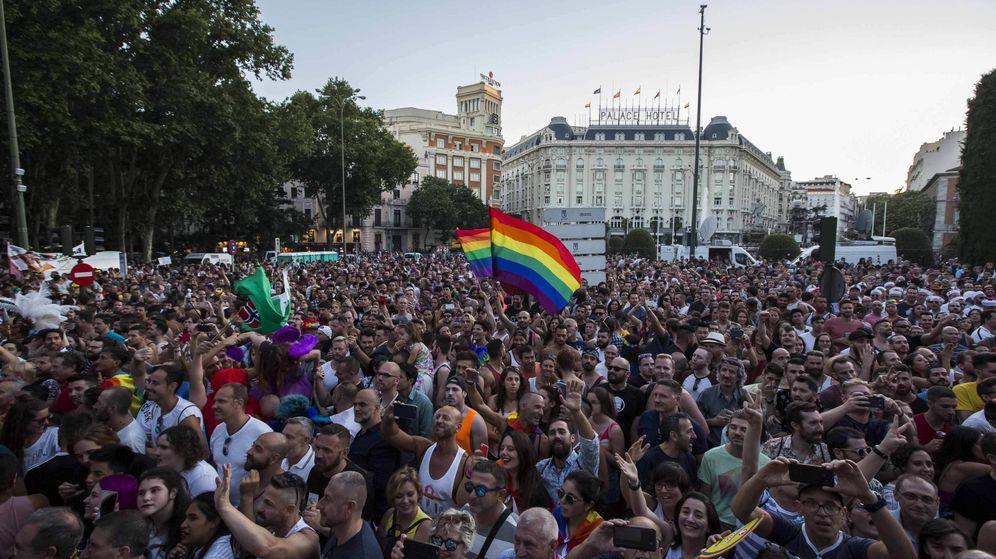 Foto: Miles de personas asistieron al desfile de carrozas del Orgullo Gay 2017. (EFE)