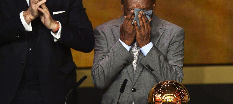 Foto: Pelé se seca las lágrimas al recibir el premio de honor al mejor jugador de la historia (Efe).
