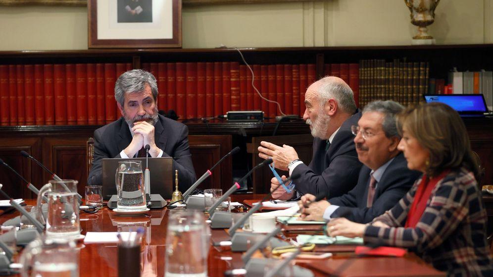 Foto: El presidente del Consejo General del Poder Judicial (CGPJ), Carlos Lesmes (i), preside el pleno en el que ha evaluado la propuesta del Gobierno para nombrar fiscal general a Dolores Delgado. (EFE)