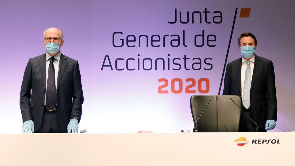 Foto: El Presidente de Repsol, Antonio Brufau (i), y el Consejero Delegado, Josu Jon Imaz (d), hoy viernes en la Junta General de Accionistas de la compañía, celebrada en Madrid. (EFE)