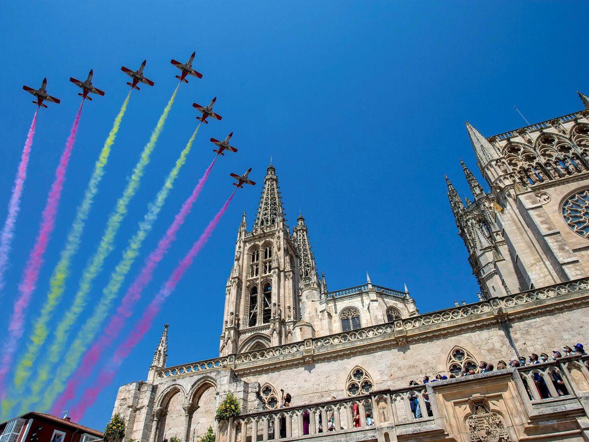 Foto: La Patrulla Águila del Ejército del Aire sobrevuela la catedral de Burgos. (EFE)