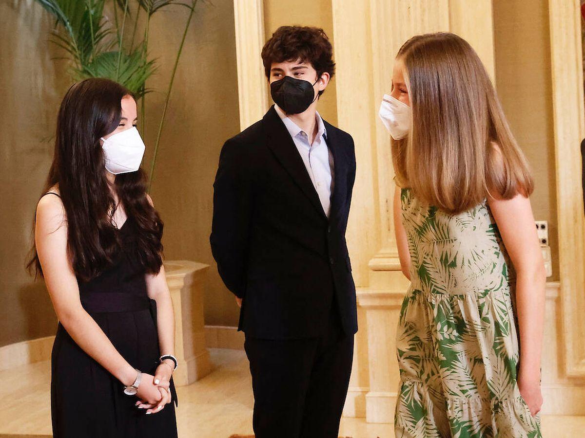 Foto: Leonor saluda a dos de sus futuros compañeros. (Limited Pictures)