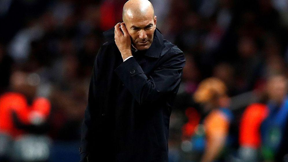 Foto: Zinédine Zidane, con gesto pensativo y cabizbajo, en el Parque de los Príncipes. (EFE)