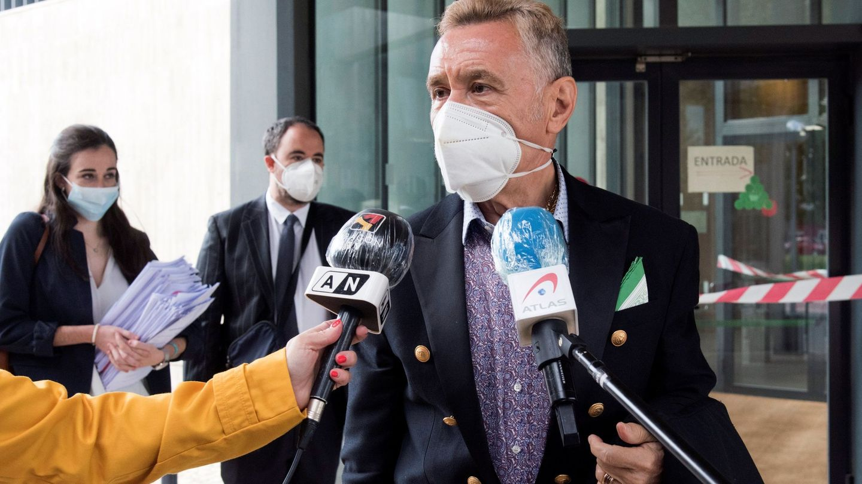 El abogado Marcos García Montes, atendiendo a los medios. (EFE)