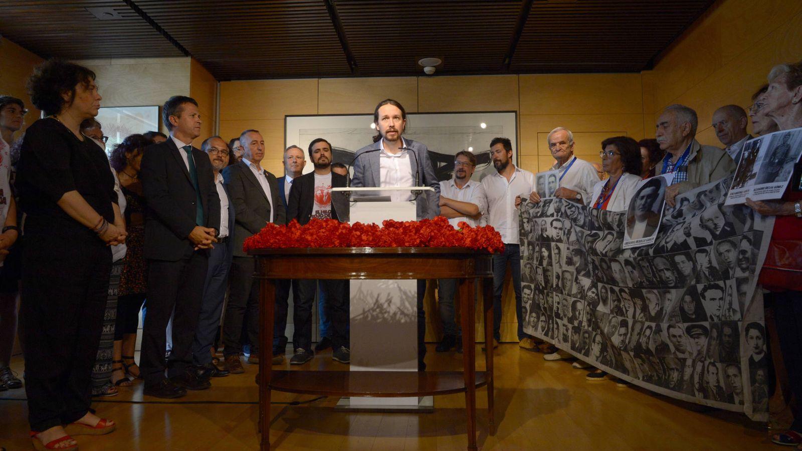 Foto: El líder de Podemos, Pablo Iglesias, interviene en al acto de homenaje paralelo junto a representantes de las víctimas franquistas y portavoces de otras formaciones. (Dani Gago)