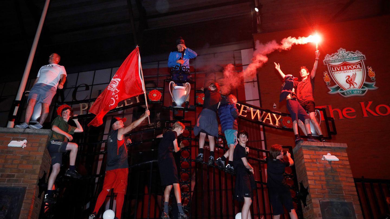 Las celebraciones, a las puertas de Anfield (Reuters)