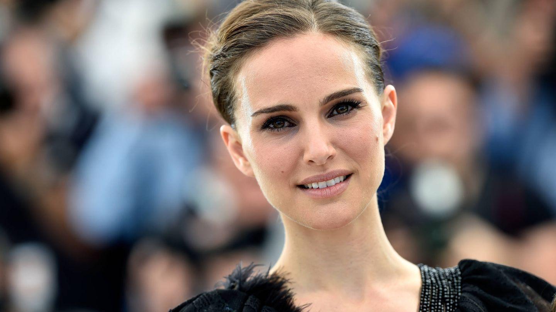 Natalie Portman con sus trucos de belleza habituales: ojos potentes, labios nude. (Getty)