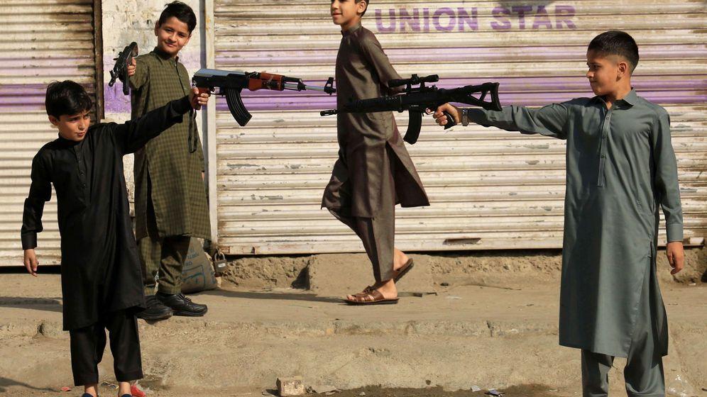 Foto: Niños juegan con armas de juguete en la celebración de ruptura del ayuno tras el ramadán en Peshawar, Pakistán. (EFE)