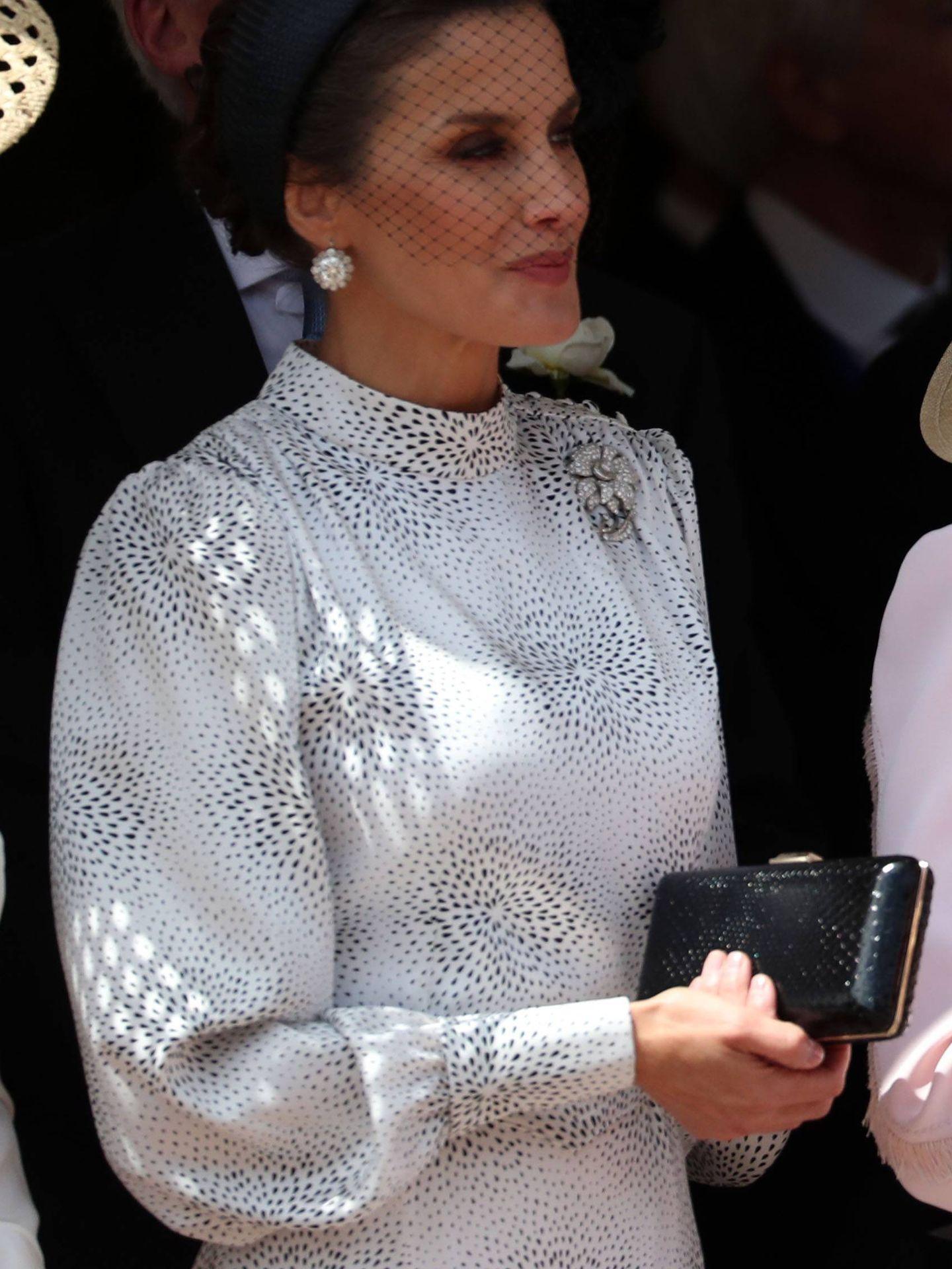 La Reina con su clutch de Jimmy Choo. (CP)