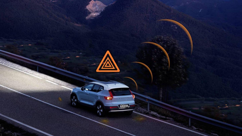 Los coches de Volvo se avisan de peligros en la carretera.